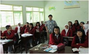 Mr. Isamu Nagayama with the students of SMAN 1 Magetan in his English class