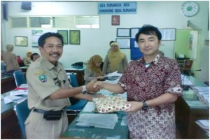 Mr. Nagayama with Mr. Pujo Buntoro exchanged the souvenir in Teachers' meeting room